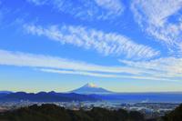 静岡県 日本平から望む朝日に染まる富士山と清水港