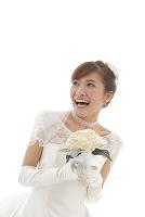 ブーケを持つウェディングドレス姿の花嫁