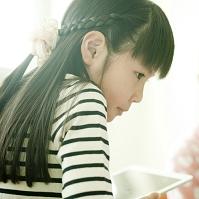 タブレットで勉強する小学生の女の子