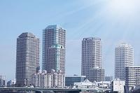 東京都 築地の勝鬨橋から見たビルと太陽光