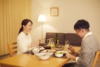 夕飯をとる日本人夫婦