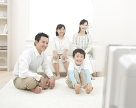 テレビを見る日本人家族