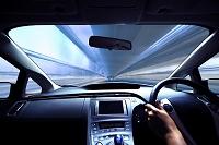 ハイブリッドカーの運転席と流れる道