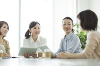 ミーティングで話す日本人ビジネスウーマン