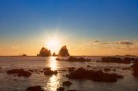 蓑掛岩と朝日