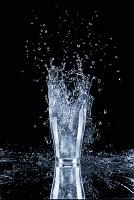 グラスから飛び散る水しぶき
