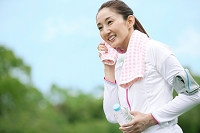 ジョギングをする中高年女性