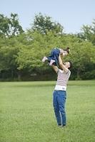 娘を抱える日本人の父親