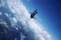 青空とスカイダイバー