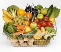 野菜がたくさん入った買い物かご