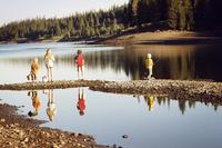友人と釣りをして過ごす若者