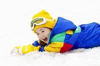 雪の上に横たわる日本人の女の子