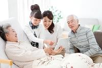 タブレットPCを見る3世代家族