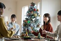 クリスマスパーティーを楽しむ日本人の若者たち