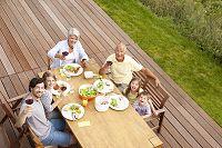 ガーデンパーティーをする外国人の三世代家族