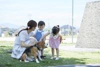 犬と散歩する日本人親子