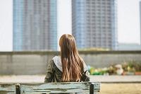 ベンチに座る女性