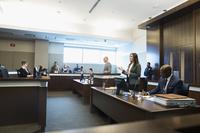 裁判所で論述する弁護士の女性