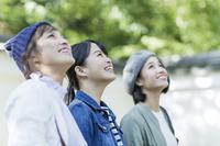 お寺を見学する日本人女性