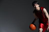 ドリブルをする男子バスケットボール選手
