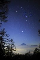山梨県 櫛形山より見る富士山とオリオン座