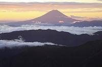 山梨県 南アルプス市 北岳 朝焼けの富士山と雲海と山並み