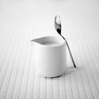 ミルク瓶とスプーン