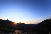 静岡県 烏帽子岳 笠雲かぶった夜明けの富士山と朝日
