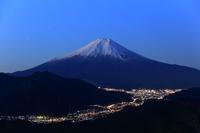 山梨県 高川山から望む明け方の富士山と街明かり