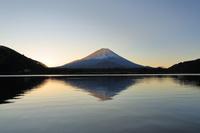 精進湖から望む初日の出と逆さ富士