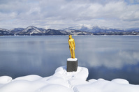 秋田県 雪の田沢湖と辰子像