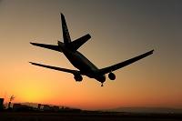 大阪府 大阪国際空港(伊丹空港) 夕方に着陸する飛行機のシル...