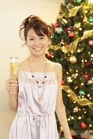 クリスマスパーティーを楽しむ若い女性