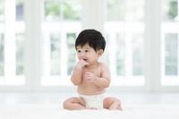 指をくわえる日本人の赤ちゃん