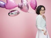 ハート型の風船を持った若い女性バレンタイン