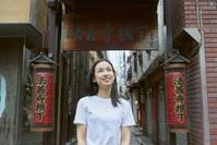 法善寺横丁を観光する日本人女性