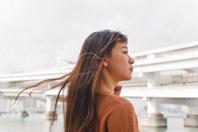 海と街を背にする日本人女性