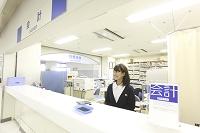 会計で微笑む日本人女性職員