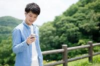 スマートフォンを操作する日本人男性