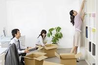 会社の引っ越し作業をする人々