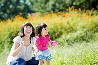 公園で母親と遊ぶ娘