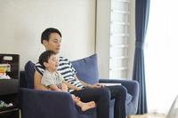 テレビを見る日本人親子