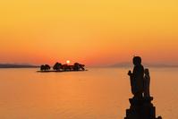 島根県 宍道湖の夕日と地蔵