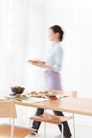 食事を運んでいる日本人女性
