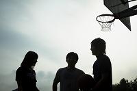 バスケットコートに立つ若者達シルエット