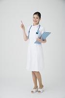 指差しする看護師
