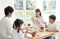 朝食でご飯を食べる日本人家族