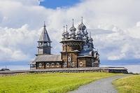 ロシア キジ島 鐘楼とポクロフスカヤ教会(奥にプレオブラジェ...