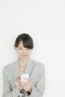 携帯電話を使うヤングビジネスウーマン