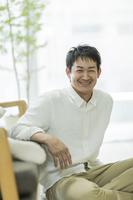 リビングの日本人の男性